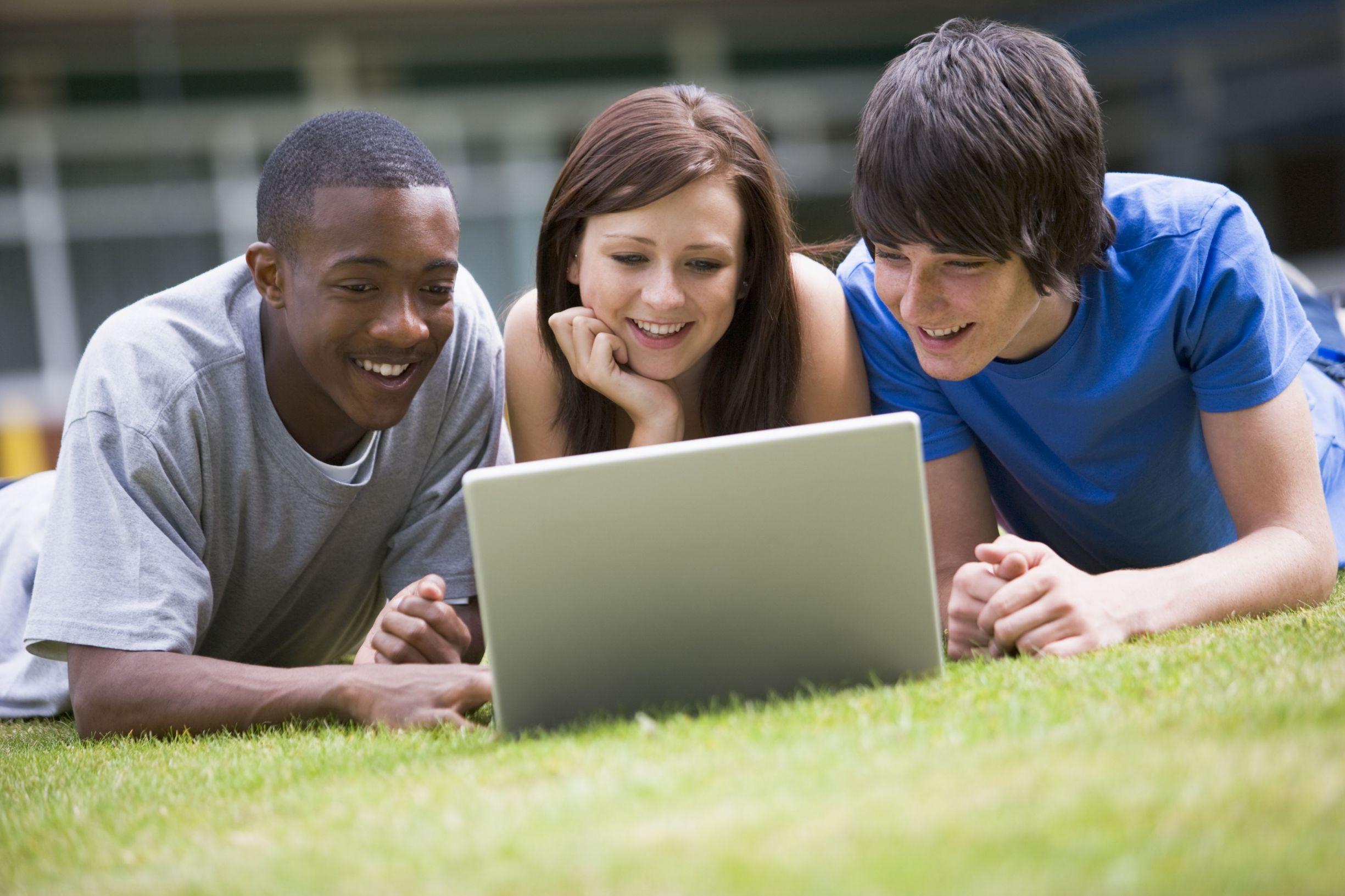 Студентка на траве 14 фотография